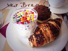 Buongiorno a tutti. Un dolce buongiorno...in tutti i sensi! #muffin #yogurt #smarties #brioche #cioccolato #breakfast #hotel
