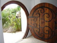designing a round door - hobbit house style (wheaton laboratories forum at permies) Cottage Front Doors, Ring Home, Round Door, Earth Homes, Earthship, House Front, The Hobbit, Glamping, House Design