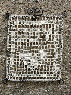 Filetové háčkovanie v drôtenom rámiku. / Filet crochet on a wire frame.