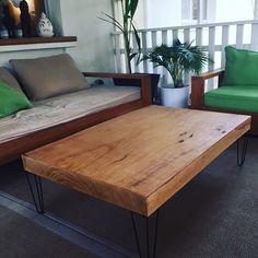 Un joli plateau en bois bien épais et nos #piedsdetable #tablebasse #hairpinlegs #legs #acier #metal #ferronnier #diy #deco #vintage #midcentury #industriel
