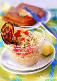 Gute Laune-Aufstrich! Auberginen, Tomaten und Zucchini bringen Farbe auf den Teller und schmecken einfach köstlich. Das Beste: Bei QimiQ Classic weiß man, dass es gentechnikfrei ist! Dessert, Teller, Zucchini, Salsa, Mexican, Yummy Food, Ethnic Recipes, Chic Peas, Tomatoes