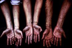 Queste sono le nostre mani..tutti i giorni preparano un'idea, un progetto, forse un sogno a cui cerchiamo di dare vita per soddisfare gli altri e soprattutto noi stessi. Indovina di chi sono...?!! - cantine del gavi Mani, Game Of Thrones Characters, Statue, Canteen, Sculptures, Sculpture