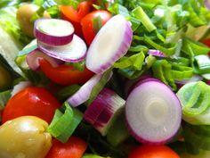 Šalát z jarnej cibuľky, ľadového šalátu, olivy, špenát, paradajky a balzamikový ocot ... www.vinopredaj.sk