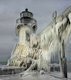 Sembrano far parte di un set cinematografico i fari ghiacciati immortalati dal fotografo statunitense Thomas Zakowski nelle città di St. Joseph e St.Haven, sul lago Michigan. L'ondata di freddo straordinario - polar vortex - che sta interessando gli Stati Uniti, ha portato le temperature a ci