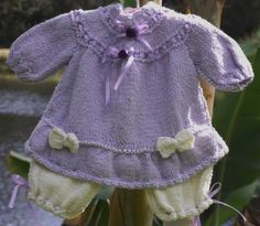 Macacão confeccionado em tricô em fio importado da Túrquia. Detalhes : laços, fitas de cetim,flor de cetim cores disponiveis - creme / lilás e creme /rosa tamanhos - 0 a 3 / 3 a 6 / 6 a 9 meses. frete por conta do comprador. R$ 130,00