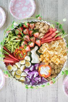 Brunch Healthy Easter Toddler Snack Board Tablescapes gifts for toddlers Easter Snacks, Easter Brunch, Easter Food, Easter Appetizers, Easter Party, Easter Decor, Easter Ideas, Easter Crafts, Hoppy Easter