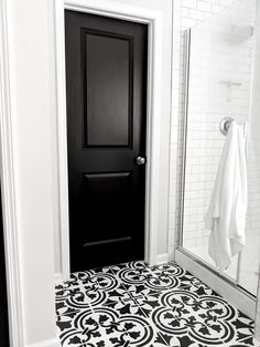 DIY Black Doors with White Trim Black interior painted doors are a creative way to add drama to your house. The black door with white trim has maximum contrast and style. Learn to paint your door like a professional. Painted Interior Doors, Black Interior Doors, Door Design Interior, Painted Doors, Interior Paint, Interior Ideas, Interior Door Styles, Monochrome Interior, Black And White Interior