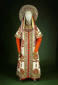 """Продолжая обсуждать с Дженни, могла ли бельгийская королева позировать для """"Снегурочки"""" в 1918 году наткнулась на много великой балерины Анны Павловой в русских костюмах. Мы-то представляем ее такой (слева). А она была и такой (справа) Костюм этот по эскизу Ивана Билибина сохранился Как…"""