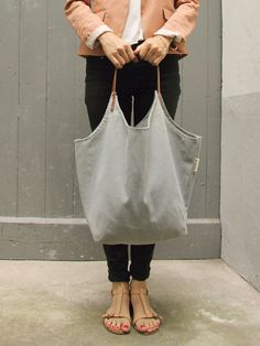 The bag Marit is made of canvas and two straps made of genuine leather. Diy Purse, Tote Purse, My Bags, Purses And Bags, Simple Bags, Fabric Bags, Green Bag, Cloth Bags, Bag Making