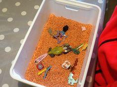 I denne kasse er der linser, samt en masse forskellige ting. Biler, perler, batterier, terninger og andre sjove ting.  Mange børn kan sidde med fingrene i kassen i hele til halve timer og spørge til de forskellige ting, en god sprogstimulering.