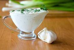 česnekoví omáčka Pokud hledáte náhradu za obyčejnou majonézu, tak si určitě zamilujete tuhle domácí česnekovou omáčku, která se dá použít právě namísto majonézy. Chutná naprosto fantasticky! Navíc přesně víte co do ní dáváte a je připravená ze zdravých ingrediencí! Ingredience – 1 okurka – 100 g tvarohu (nízkotučný) – 2 stroužky česneku – 2 lžíce zakysané smetana