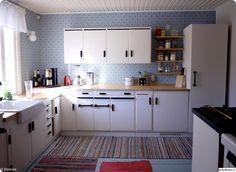 keittiö,tee se itse,integroitu jääkaappi,integroitu pakastin,kodinkoneet,keittiöremontti,kierrätysidea,kierrätys,värikäs,remontti,Tee itse - DIY,valkoinen,mustavalkoinen,perinnetapetti,keittiötaso,keittiökaapit,keittiön kaapit,50-luku,kunnostaminen,kunnostus,puulattia,lankkulattia,räsymatot
