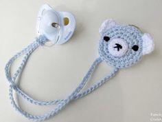 Crochet How To Como hacer un sujeta chupete de ganchillo Crochet Baby Bibs, Crochet Baby Clothes, Crochet Toys, Crochet Bebe, Baby Knitting Patterns, Baby Patterns, Crochet Pacifier Holder, Bandeau Crochet, Crochet Patterns Amigurumi