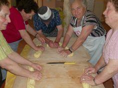 le nonne preparano la sfoglia di farina di grano locale per preparare prelibati piatti antichi di pasta fatta in casa