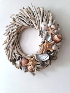 Do you like beach decor? Then this driftwood wreath with starfishes and shells is for you. Welcome your guests into your home with this wreath made from driftwood handpicked from the Greek shores of the Aegean sea, a sea arm of the Mediterranean. Starfish Wreath, Driftwood Wreath, Driftwood Projects, Driftwood Art, Driftwood Ideas, Driftwood Mobile, Painted Driftwood, Painted Wood, Seashell Crafts