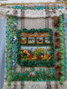 Painel em tapeçaria de algodão, feita em tear industrial, sobrepondo bordados, decoupagem em tecido, locker hook (técnica) e varios pontos de bordados, ideia de 3D (muita textura)