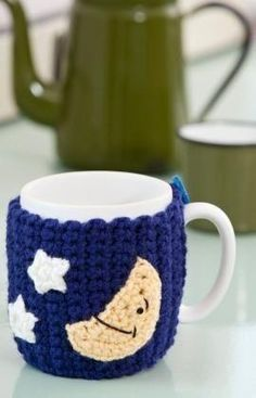 Crochcapasparacaneca manmonumei tejidos de punto good night mug hug paired with a persons favorite coffee or tea this clever crocheted mug hug is a perfect gift idea made in easy care yarn fandeluxe Images