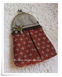 CUADERNO FORRADO Y MONEDERO CON BOQUILLA... Fabric Wallet, Fabric Bags, Diy Bags Patterns, Frame Purse, Handmade Purses, Quilted Bag, Change Purse, Zipper Bags, Small Bags