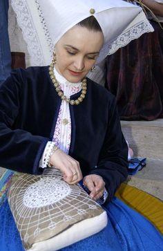 Хорватия хорватка женщина в национальном костюме / Croatia