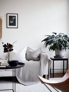Find your favorite Minimalist living room photos here. Browse through images of inspiring Minimalist living room ideas to create your perfect home. Decor Scandinavian, Scandinavian Interior Design, Home Interior, Nordic Design, Minimalist Scandinavian, My Living Room, Home And Living, Living Room Decor, Deco Studio