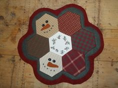 FREE Snowman Mat Pattern by Laural Lane ~ http://www.freequiltpatterns.info/