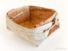 Tuokkonen, a traditional Finnish old-fashioned serving basket Nature Crafts, Home Crafts, Birch Bark Baskets, Birch Bark Crafts, Wood Bark, Primitive Technology, Survival Prepping, Woodworking Projects Plans, Basket Weaving