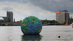 globe van waterflessen Peter Smith Amsterdam recycle kunst Dopper korting CJP
