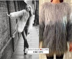 Nos encanta este estilismo. Con nuestra chaqueta yeti , de pelo sintético en color degradado de grises. Escote redondo con cierre de presillas en la parte delantera. Manga tres cuartos, incluye forro interior. De largo por debajo de la cadera y con corte recto amplio.  https://www.eneefe.com/tienda/capas-ponchos-moda-mujer-tendencias-eneefe/capas-y-ponchos-capa-yeti-gris-azul-moda-mujer-tendencias-eneefe/