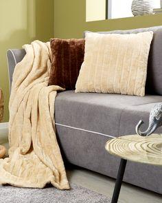 Das edle Zierkissen EMMA in Beige von OMBRA lädt zum Kuscheln und Entspannen ein. Der weiche, plüschige Bezug ist eine Wohltat für die Haut. Die eleganten Ziernähte ergeben eine zarte Streifenstruktur und machen den ca. 45 x 45 cm großen Polster zu einem echten Highlight auf Ihrem Sofa. Der mittels Reißverschluss abnehmbare Bezug aus 100 % Polyester kann bei 30°C in der Maschine gewaschen werden. Das Zierkissen EMMA gibt es auch in anderen Farben. Ein wohnliches Accessoire für Ihr Zuhause! Sofa, Throw Pillows, Blanket, Environment, Cuddling, Asylum, Home Decor Accessories, Decorating, Ad Home