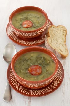 Portuguese Soup Recipe: Caldo Verde Once again, we recently found ourselves with soup on the brain, and the desire to try something new.After looking around, caldo verde seemed like the perfect new. Portuguese Soup, Portuguese Recipes, Wrap Recipes, International Recipes, Soups And Stews, Cooking Recipes, Meals, Pasta Dinners, Dishes