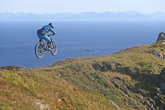 Tommy jumping on the ridge of Smørris