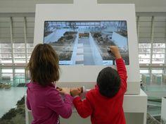 Maquina de realidad aumentada instalada en el MEH (Museo de la Evolución Humana) donde se representa la actividad de diferentes especies humanas sobre los paisajes interiores del museo.