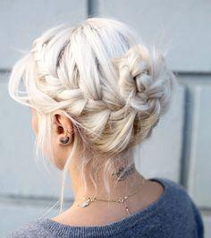 Le blond platine apporte de très beaux reliefs à une coiffure tressée