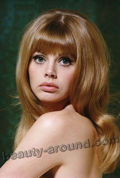 Бритт Экланд / Britt Ekland в роли Мэри Гуднайт в фильме Человек с золотым пистолетом о Джеймсе Бонде Агент 007 - шведская актриса.