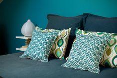 chambre couleur, mademoiselle dimanche, lit bleu, lit coussins, lit graphique