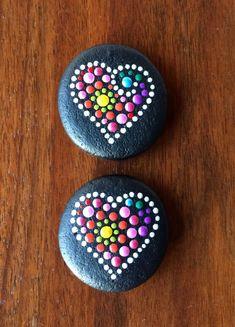 Spectacular dot mandala designs on naturally rounded stones. Mandala Painted Rocks, Painted Rocks Craft, Mandala Rocks, Hand Painted Rocks, Painted Pebbles, Stone Mandala, Painted Stones, Stone Art Painting, Heart Painting