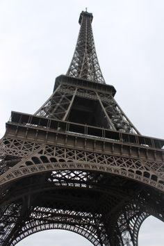 Torre Eiffel   La Torre Eiffel, inicialmente nombrada torre de 330 metros, es una estructura de hierro diseñada por el ingeniero francés Gustave Eiffel y sus colaboradores para la Exposición universal de 1889 en París. Todos los días a las 7 y a las 8 PM hace un show de luces que dura 5 minutos.