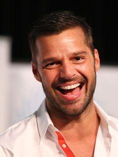 """El cantante puertorriqueño Ricky Martin ha estado unos días de promoción de su nuevo disco, A Quien Quiera Escuchar, en España y nos consta una cosa: está soltero y contento. En el programa Qué tiempo tan feliz dijo que """"no se tiene que esconder para amar"""" y que pasea orgulloso de la mano de sus novios cuando los tiene. Por cierto, que recientemene acaba de sumarse al boicot a los diseñadores Dolce & Gabanna."""