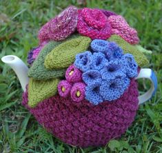 Crochet cosy cozy cozies for pots, cups and mugs. Free Pattern: Garden party by Loani Prior Crochet Home, Cute Crochet, Knit Crochet, Mug Cozy, Coffee Cozy, Knitted Tea Cosies, Knitting Patterns, Crochet Patterns, Knitted Flowers