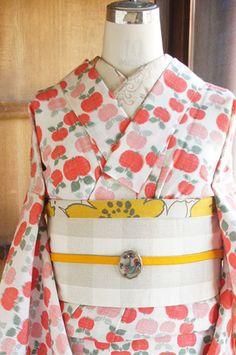 生成り色の地に、ポピーレッドとグリーンで織り出された水玉のようなリンゴ模様がポップキュートなウールの単着物です。