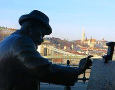 Pintando Buda! Mais uma das tantas estátuas da cidade. #budapeste #hungria #danubioriver