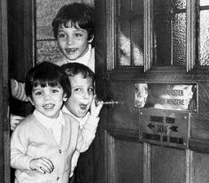 Justin Trudeau welcoming reporters with brothers Michel and Sascha 1979 X Margaret Trudeau, Justin Trudeau Family, Canada, Justin James, Inspirational Leaders, Childhood Photos, Canadian History, Popular People, What The World