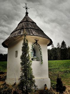 Kapliczka Catholic Art, Roman Catholic, Unusual Homes, Mountain Village, Chapelle, Kirchen, Warsaw, Ciel, Architecture Details