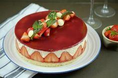 Le Fraisier recette facile au thermomix. Découvrez la recette du gâteau Fraisier, facile et simple à préparer chez vous à l'aide de votre thermomix. Le fraisier est une pâtisserie à base de fraises, de génoise, de crème et souvent recouverte d'une mince couche de pâte d'amande.