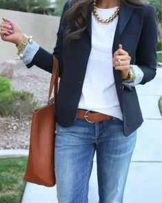 Cute navy blazer with white fitted sweater-chunky necklace and a tan tote. - Business Casual for Women Navy Blazer Outfits, Look Blazer, Casual Work Outfits, Business Casual Outfits, Mode Outfits, Chic Outfits, Business Casual With Jeans, Navy Blazers, Stylish Work Clothes