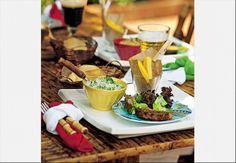 Quer descontração? Um churrasco resolve! O papel kraft dentro do copo absorve a gordura da mandioca frita e decora