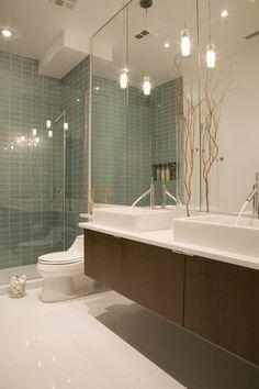 Baño con suelo de terrazo, ideal por su durabilidad y fácil mantenimiento y limpieza.