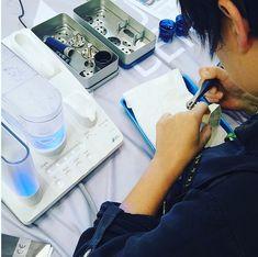 Tehnologia patentată cu ajutorul echipamentului Vector Paro permite tratamentul fără durere al bolii parodontale și al periimplantitei, schimbând abordarea terapeutică pentru confortul pacientului și obținând rezultate excepționale. Paros, Dental, Medical, Medicine, Teeth, Med School, Dentist Clinic, Tooth, Dental Health