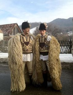 People from Răchițele, Poieni and Negreni, villages in Huedin zone in Vlădeasa Mountains (Roumanie), performing Colinde, winter custom originating in Roman Saturnalia (people going from home to home and singing good wishes to the owners) Costume Tribal, Folk Costume, Costumes, Ethnic Outfits, Ethnic Dress, Traditional Fashion, Traditional Dresses, Romanian Men, Romanian Flag