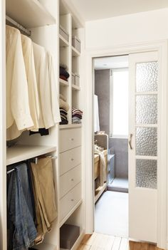 Un vestidor con el toque de la abuela Junto al dormitorio, el vestidor es abierto y conduce al baño. La puerta que ahora es corredera es una de las originales de la casa.